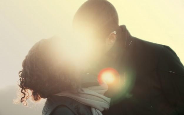 una-pareja-besandose_446-19321678